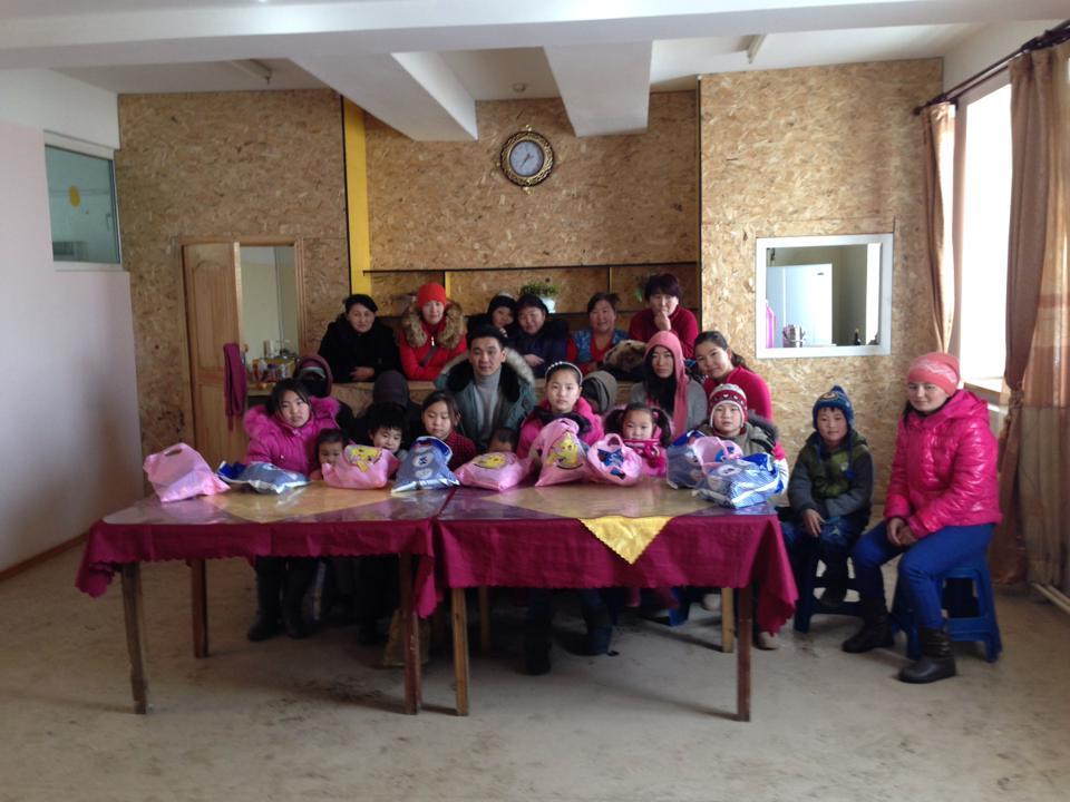 Тэмдэглэлт баяруудаар Улаан чулуутын хогийн цэг дээрхи хүүхдүүдэд бэлэг тараадаг уламжлалтай.